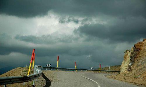 Zdjecie MAROKO / Atlas Wysoki, rejon przełęczy  / Tizi'nTichka / w drodze, czarne chmury