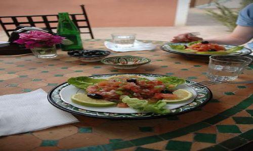 Zdjecie MAROKO / Maroko / Tamnugalt / kulinarne- stoły, talerze w Maroku