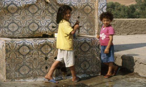 Zdjęcie MAROKO / brak / Kasba Tadla / dzieci nalewające wodę