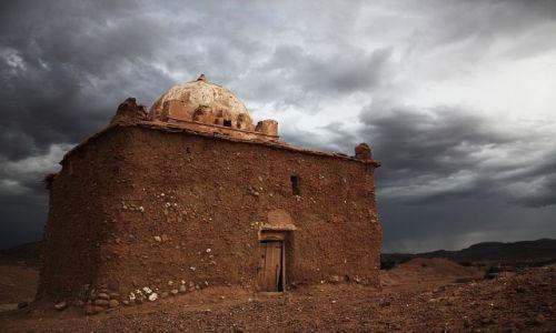 Zdjecie MAROKO / okolica Ait Benhaddou / - / grobowiec marabuta