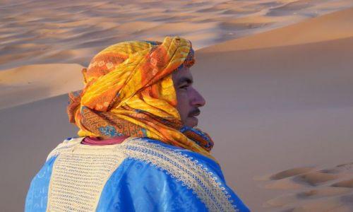 Zdjecie MAROKO / środkowo-wschodnie Maroko / Merzouga / Tuareg z Erg-Shebi