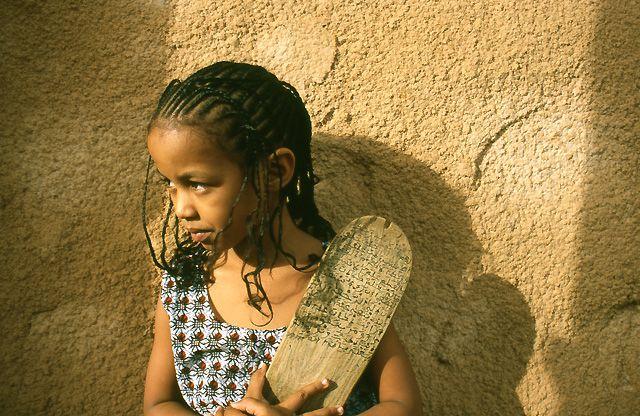 """Zdjęcia: Ouadane, dziewczynka z """"zeszytem"""", MAURETANIA"""