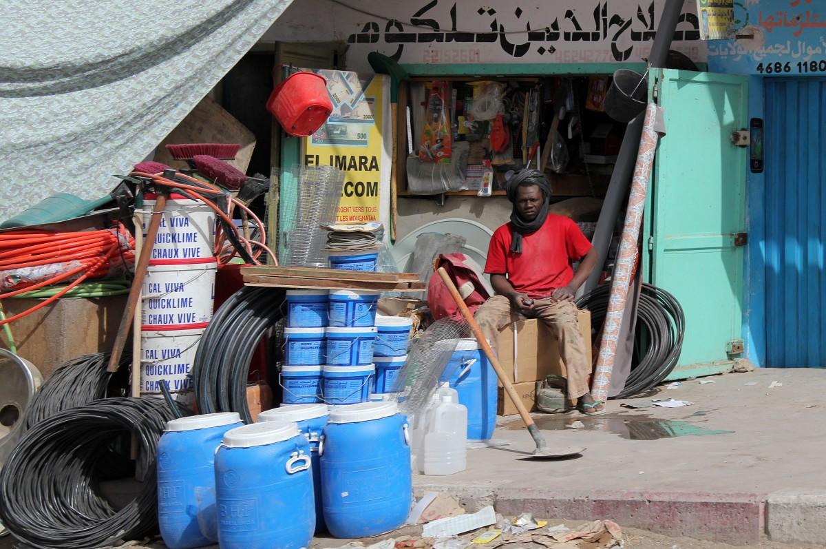 Zdjęcia: gdzieś po drodze, Mauretania, Czekając na  klienta, MAURETANIA