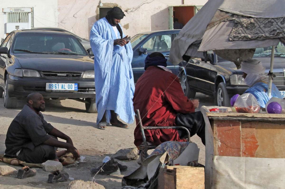 Zdjęcia: gdzieś po drodze, Mauretania, Pogaduszki przy straganie, MAURETANIA