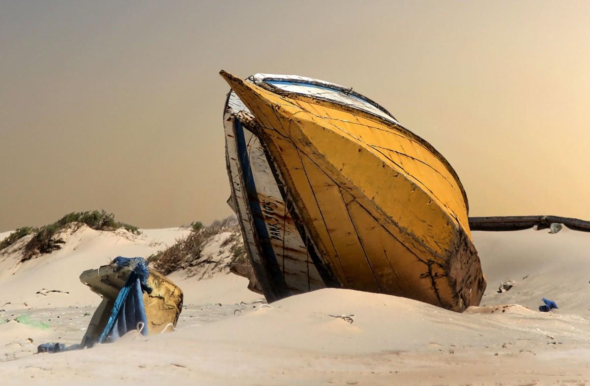 Zdjęcia: nad Atlantykiem, Mauretania, Porzucona na plaży, MAURETANIA