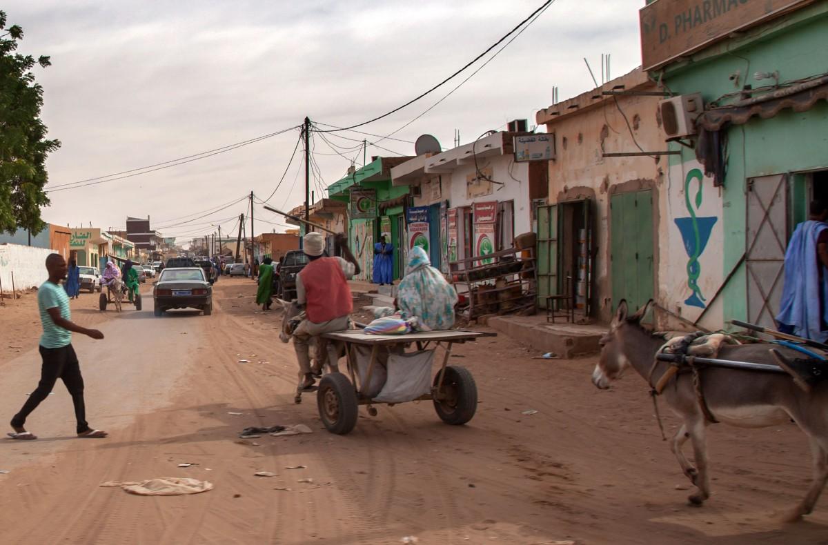 Zdjęcia: gdzieś po drodze, Tagant, Życie przy głównej ulicy, MAURETANIA