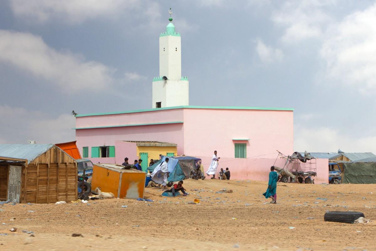 Zdjęcia: gdzieś po drodze, Nawakszut, Ruch pod meczetem, MAURETANIA