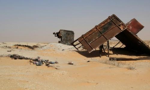Zdjecie MAURETANIA / Sahel / przy głównej drodze / Buty nie do pary