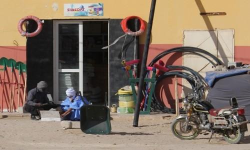 Zdjecie MAURETANIA / Mauretania / gdzieś po drodze / Przed sklepikiem