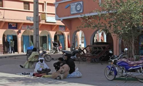 MAROKO / Sahara Zachodnia / gdzieś po drodze / Robota pali się w rękach