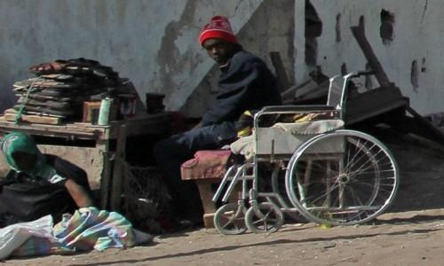 Zdjecie MAURETANIA / Mauretania / gdzieś po drodze / Sprzedawca butów