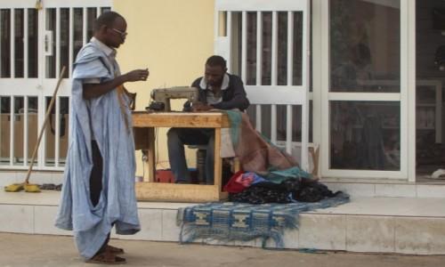MAURETANIA / Nawakszut / przy głównej ulicy / Krawiec szyje ubrania