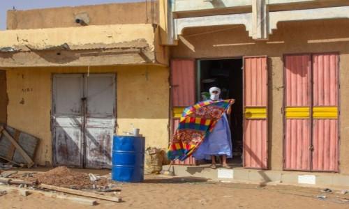 MAURETANIA / Tagant / gdzieś po drodze / Sprzedawca tkanin