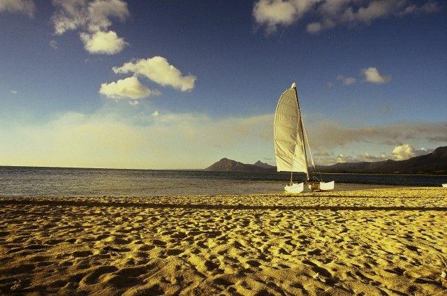 Zdjęcia: Plaża hotelu Dinarobin, Le Morne, Samotny biały żagiel, MAURITIUS