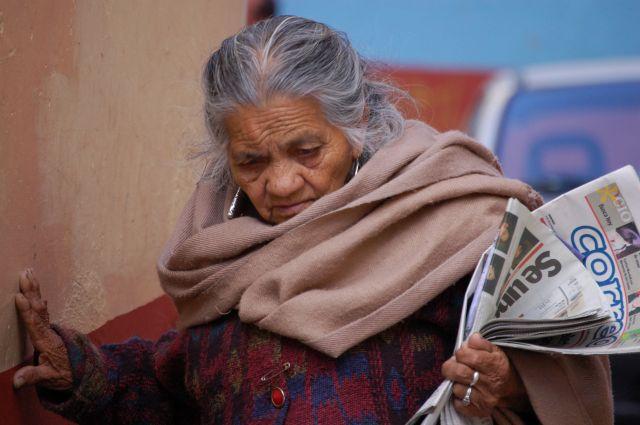 Zdjęcia: Guanajuato, Portret babcia z gazetami, MEKSYK