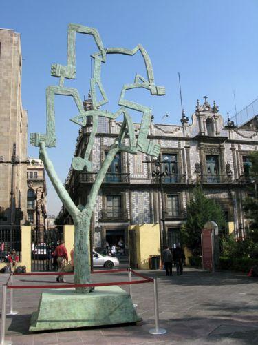 Zdjęcia: Miasto Meksyk, dzielnica Coyocan, Rzezba przed Torre Latinoamericana, MEKSYK