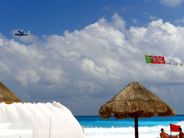 Zdj�cia: Cancun, Zapraszamy do lataj�cej reklamy..., MEKSYK