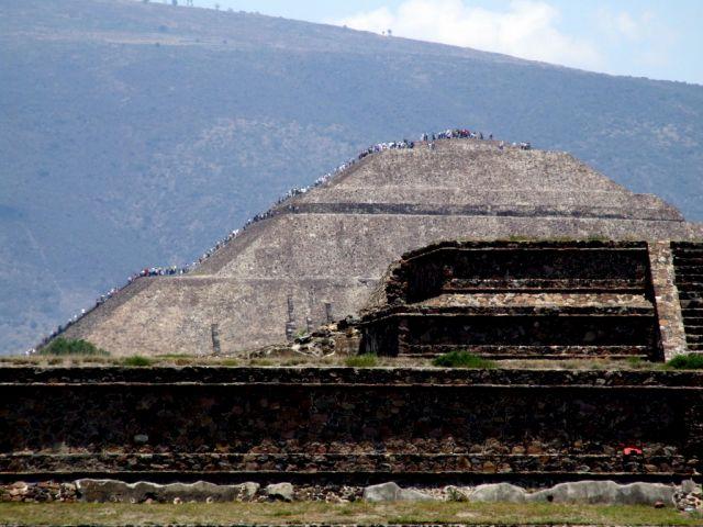 Zdj�cia: Teotihuacan, Miasto Meksyk, T�umy wspinajace sie na Piramide S�o�ca, MEKSYK
