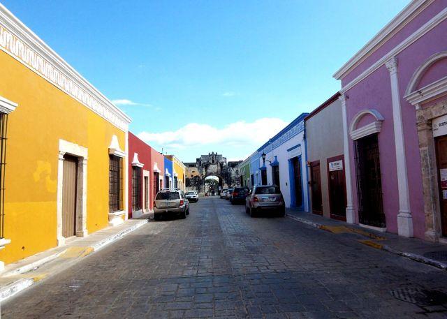 Zdjęcia: Campeche, uliczka prowadzaca do bramy, MEKSYK