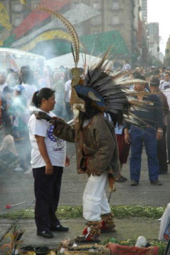 Zdjęcia: Mexico City, Na tutejszym Zocalo każdy może przegonić złe duchy, MEKSYK