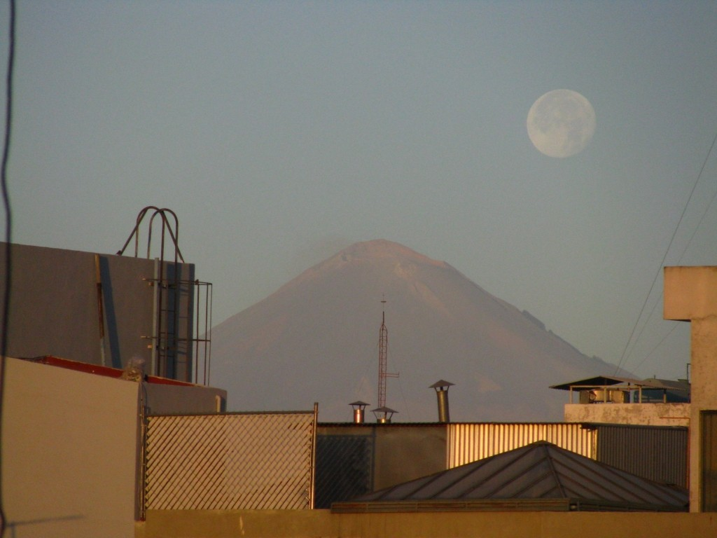 "Zdjęcia: Puebla, stan Puebla, wulkan ""Dymiąca Góra"" widok z Puebla, MEKSYK"