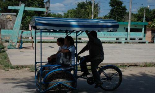 Zdjecie MEKSYK / Yucatan / Jedno z małych miasteczek Yucatanu / Taxi rowerowe .