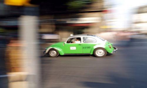 Zdjecie MEKSYK / brak / Mexico City / Zielona taxi pomyka w dal
