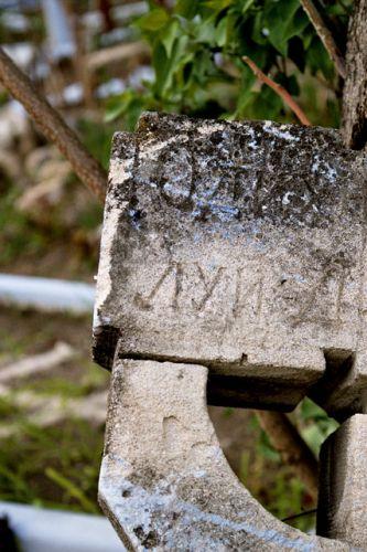 Zdjęcia: Trebujeni, Stary, zniszczony krzyż na mołdawskim cmentarzu, MOłDAWIA