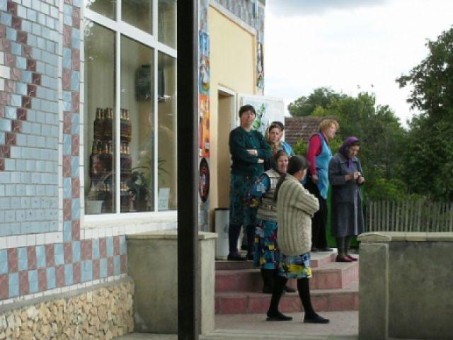 Zdjęcia: Milesti Mici, Kobiety mołdawskie pod sklepem, MOłDAWIA