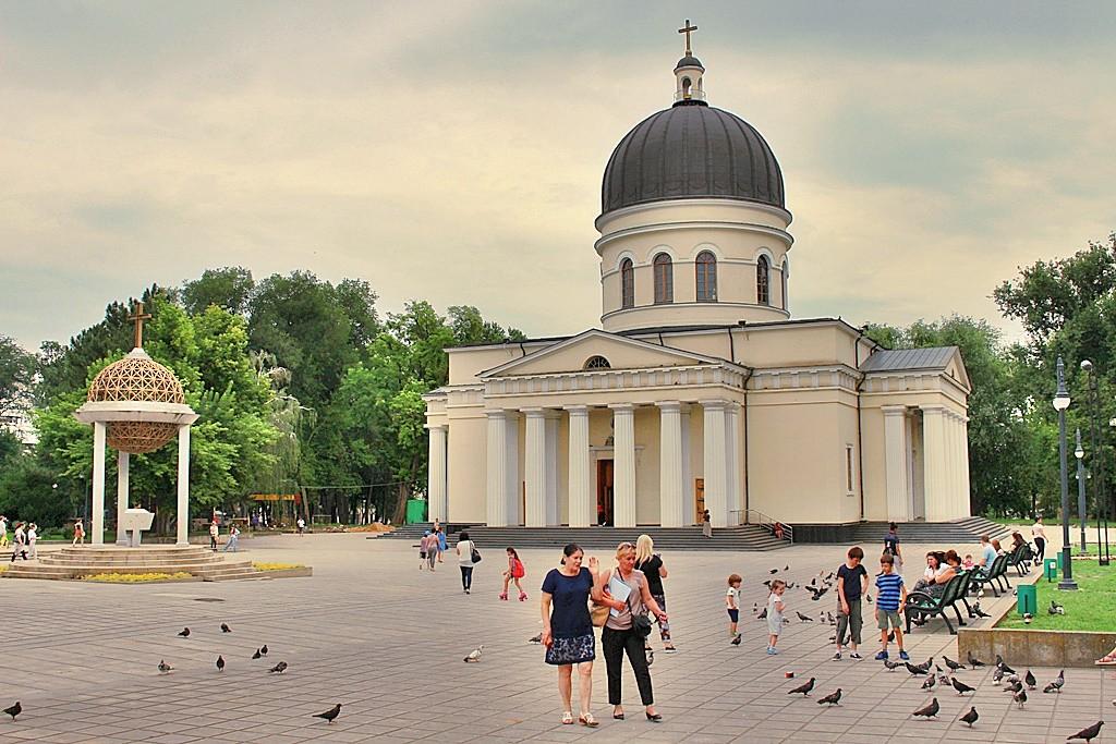 Zdjęcia: Kiszyniów, Przed katedrą, MOłDAWIA