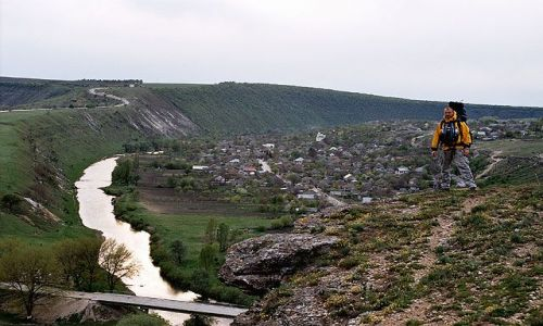 MOłDAWIA / brak / Trebujeni / Widok z gór otaczających Trebujeni - wieś położoną na dawny dnie morskim.