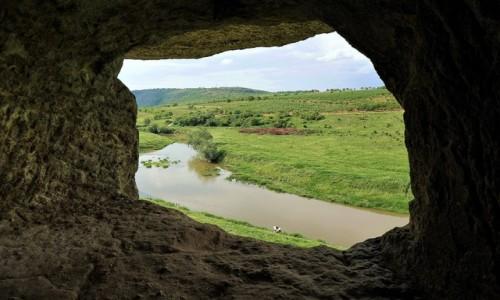MOłDAWIA / Orheiul Vechi / Nad rzeką Reut / Widok z okna skalnego monastyru