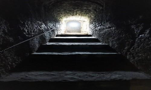 Zdjęcie MOłDAWIA / Orheiul Vechi  / . / Tunel ze stromymi schodami do świątyni pod wieżą