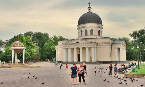 Zdjecie MOłDAWIA / - / Kiszyniów / Przed katedrą