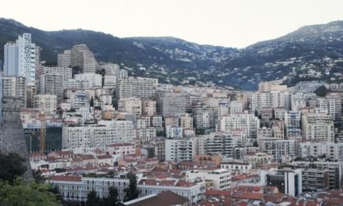 Zdjecie MONAKO / Monte Carlo / Plac przed pałacem książęcym / Tuż obok blokow