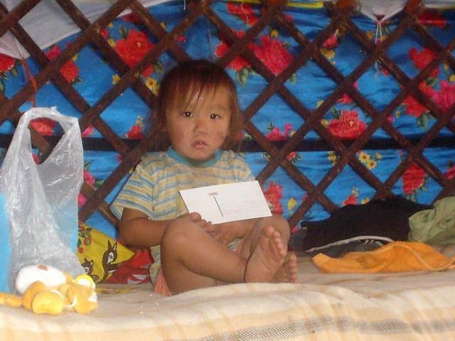 Zdjęcia: niedaleko Ułan Bator, chłopczyk mongolski w jurcie z prezencikami, MONGOLIA