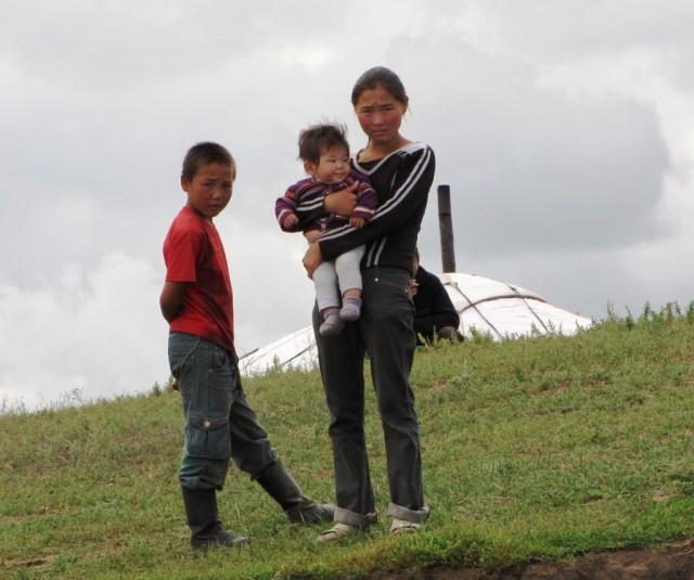 Zdjęcia: Kerulen, Ajmak Chentejski, Mieszkańcy zaciekawieni płynącymi kajakmi, MONGOLIA