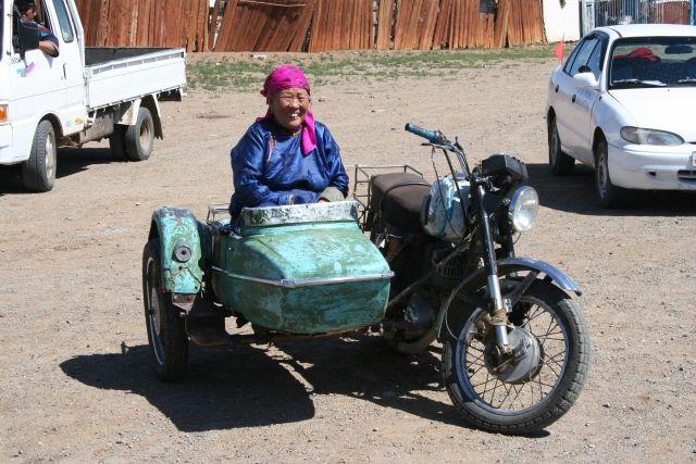 Zdj�cia: Bayan?, Babcia na motorze, MONGOLIA