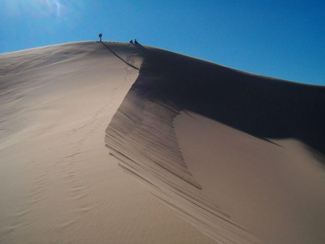 Zdjęcia: Gobi, Trudna wspinaczka, MONGOLIA