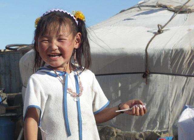 Zdjęcia: Mongolia, Gobi, Dziewczynka przy jurcie, MONGOLIA