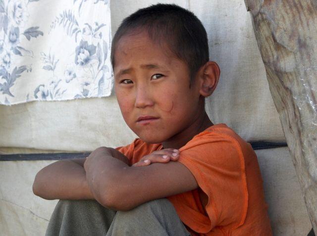 Zdjęcia: Mongolia, Gobi, Smutny chłopiec, MONGOLIA