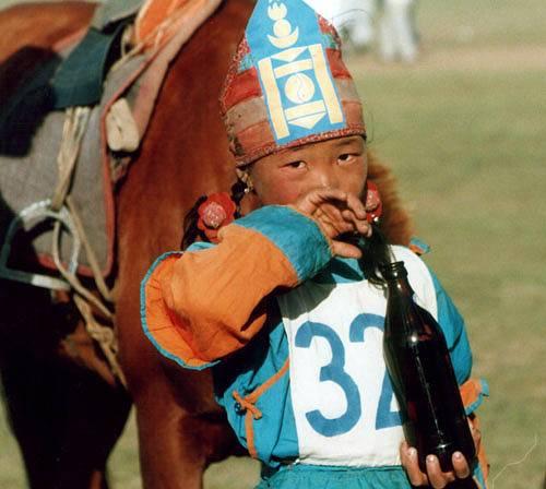 Zdjęcia: Ułan Bator, Zwyciężczyni jednego z wyścigów podczas Naadam, MONGOLIA