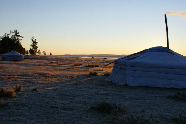 Zdjęcia: nad jeziorem, Zmrożona Mongolia o brzasku, MONGOLIA