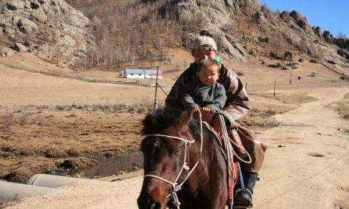 Zdjecie MONGOLIA / - / Terelj National Park / ojciec z synem