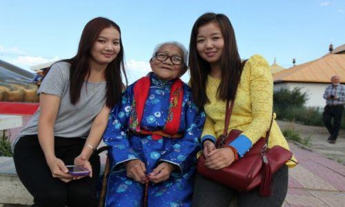 Zdjęcie MONGOLIA / Ułan Bator / Klasztor Gandan / Babcia i wnuczki