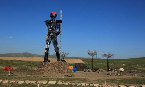 MONGOLIA / Darkhan / Droga do Ułan Bator / Pomysłowa rzeźba