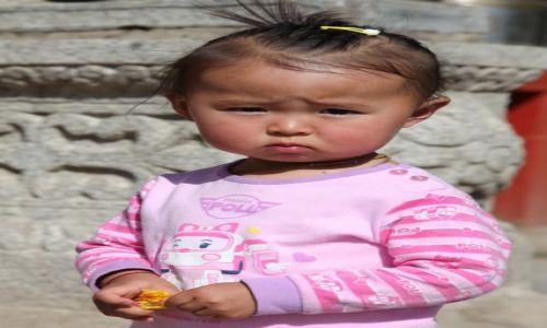 Zdjęcie MONGOLIA / Ułan Bator / Klasztor Gandan / Dziecko w świątyni