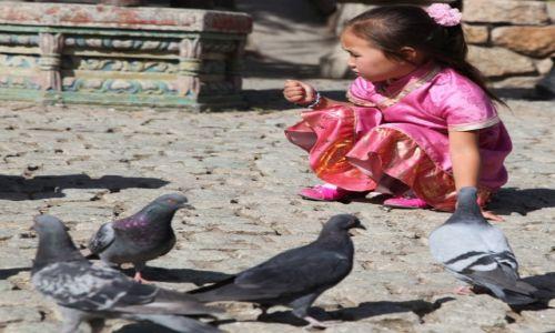 Zdjęcie MONGOLIA / Ułan Bator / Klasztor Gandan / Dokarmiania gołąbków