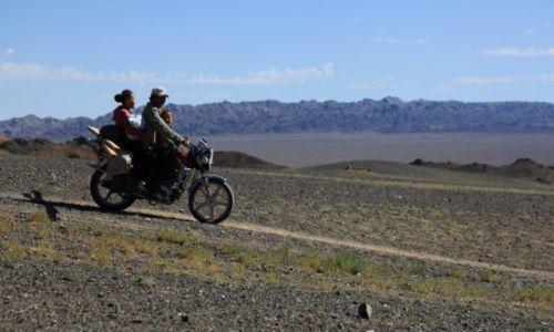 Zdjecie MONGOLIA / Dalanzadgad / Gurvan Saikhan, w stepie / W drodze