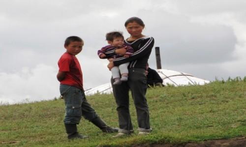Zdjęcie MONGOLIA / Ajmak Chentejski / Kerulen / Mieszkańcy zaciekawieni płynącymi kajakmi